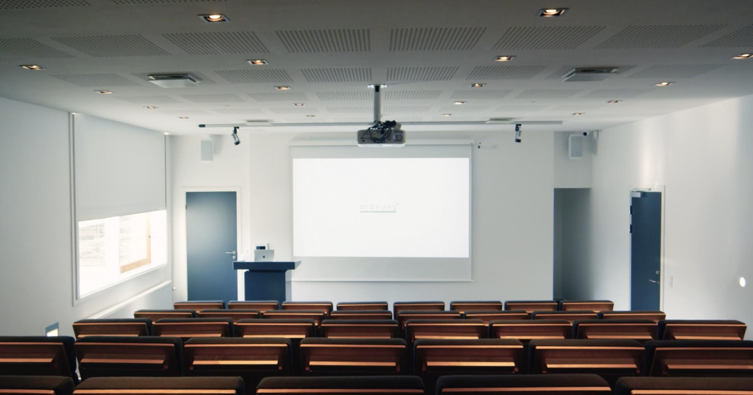 Auditorium set i retning fra stolene mod lærredet