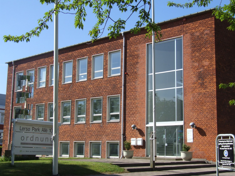 Rød facade på kontorhotellets bygning