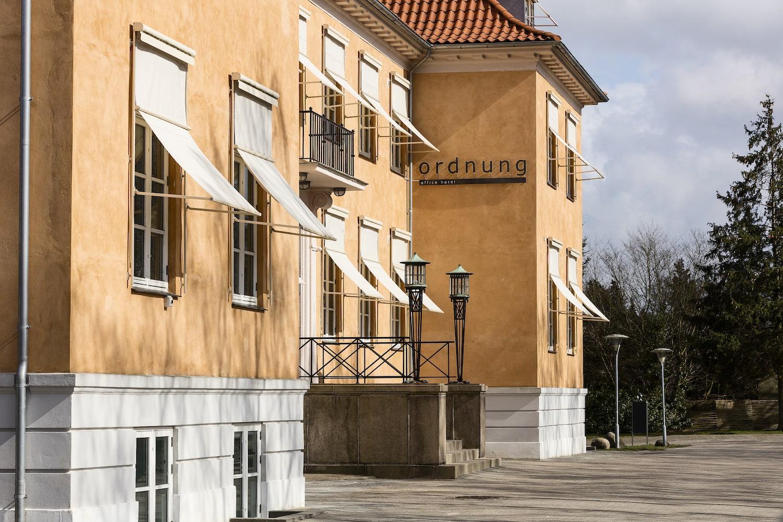 Palæejendommens smukke gule facade