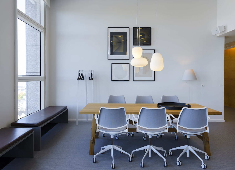 Kontorpladser ved plankebord i i nordisk indrettet stil