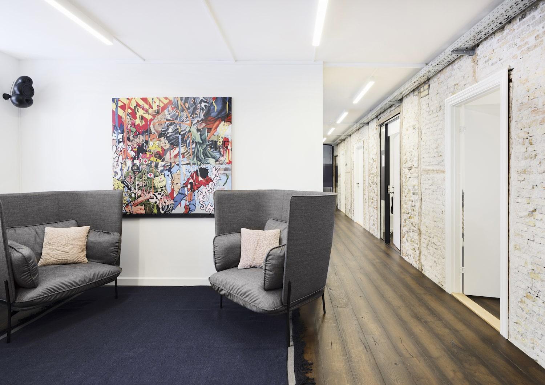 Sofagruppen i gangarealet på kontorhotellet