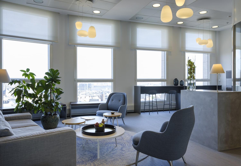 Fællesområde indrettet i moderne nordisk stil af bløde møbler