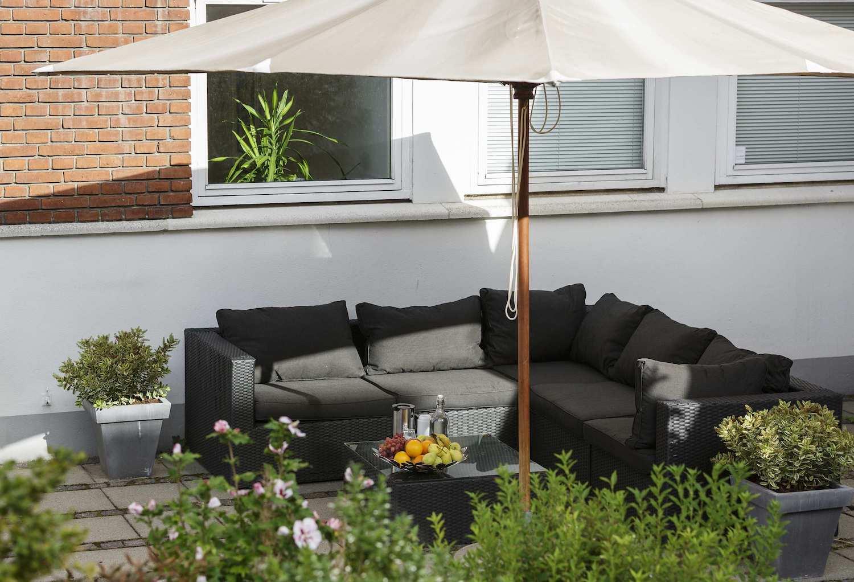 Lounge havemøbler i grøn gårdhave