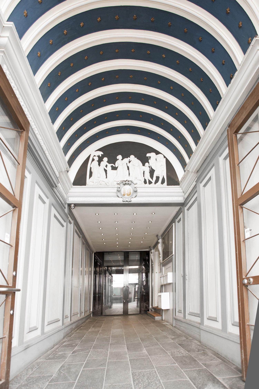 dekorativt Indgangsparti til kontorhotellet