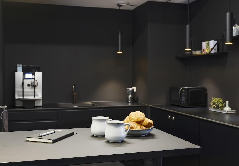 Køkken med kaffemaskine i mørk sort design
