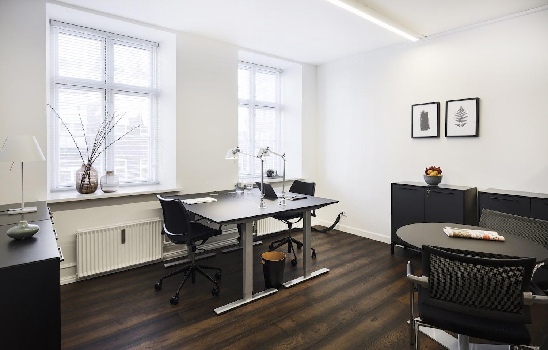 Møbleret kontor i nordisk stil