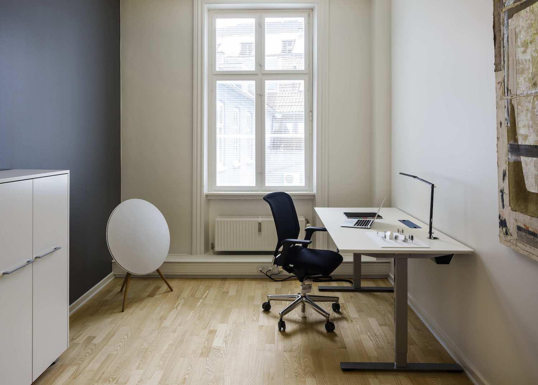 Møbleret kontorplads i enkeltmandskontor