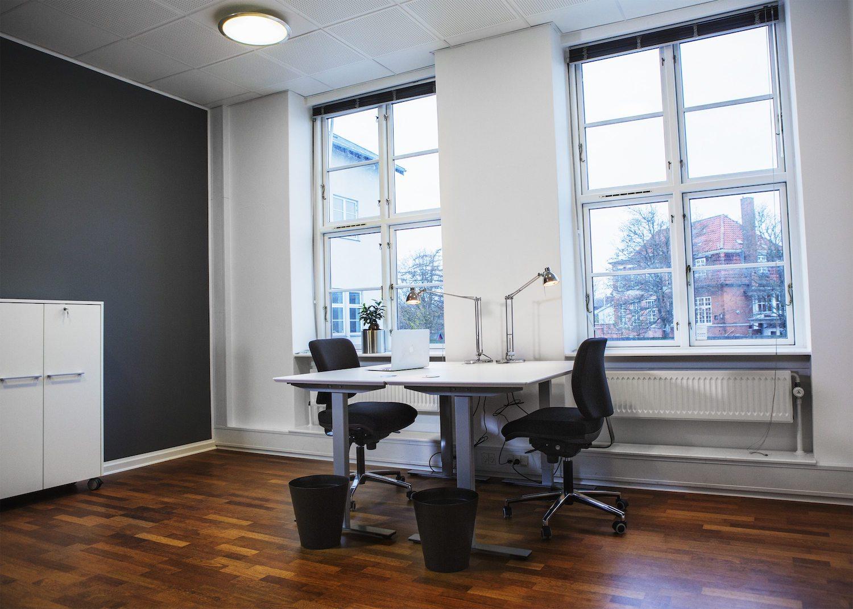 Møblerede kontorpladser i stort kontor