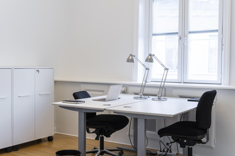 Lyst møbleret kontor med højt til loftet