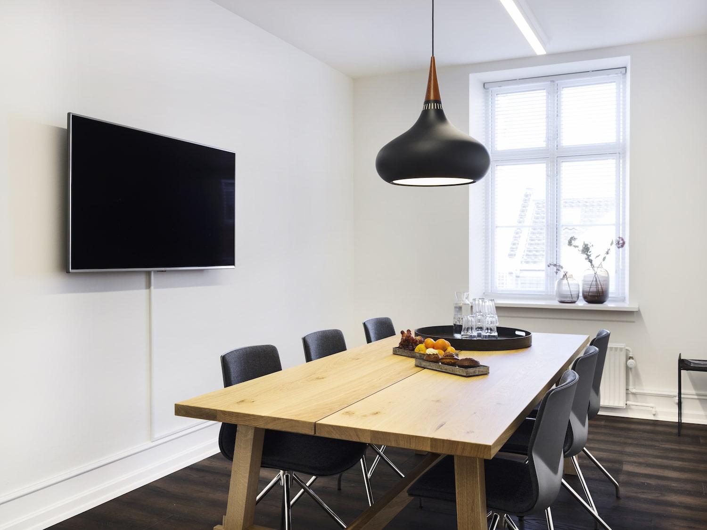 seks personers veludstyret mødelokale