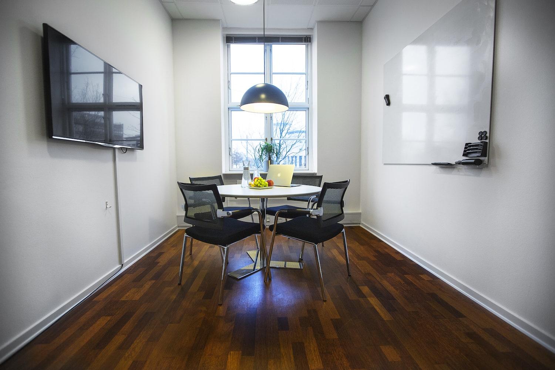 Lille mødelokale med TV og whiteboard