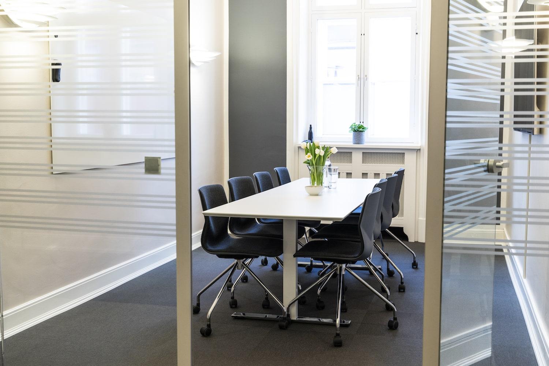 8-personers mødelokale med TV-skærm