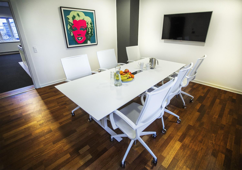 6 personers mødelokale med kaffe og frugt