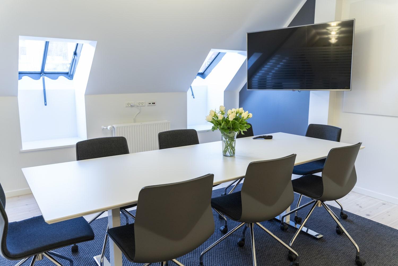 Mødelokale med nordisk indrettet design