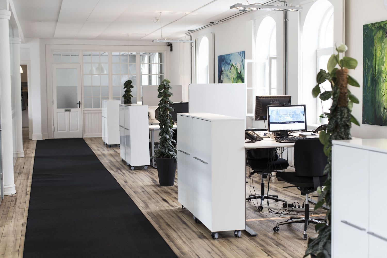 Møbleret storrumskontor med moderne kontorfaciliteter