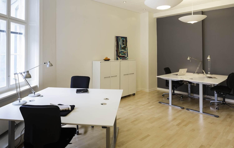 Velindrettet og lyst møbleret kontor