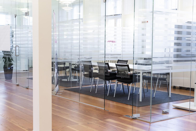 Mødelokale med matteret glasvægge