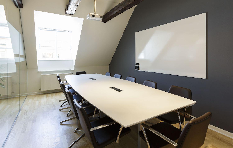 Stort mødelokale med projektor og whiteboard