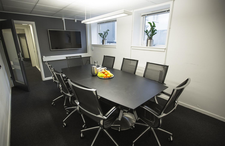 Stort mødelokale med kaffe og frugt