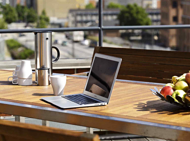 Computer og let forplejning på tagterrassen