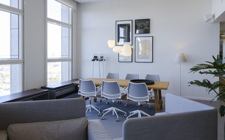 Plankebord med 6 kontorstole udgør tilsammen en hyggeligt coworking lounge