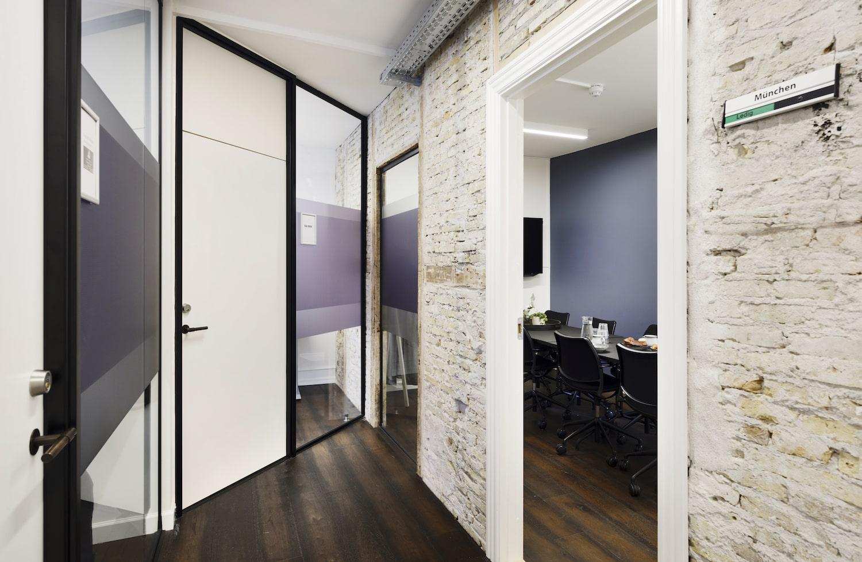 Den rå murstensvæg ved indgangen til mødelokale