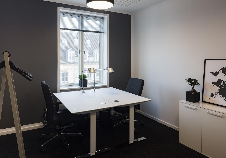Møbleret kontor med udkig til Strandvejen