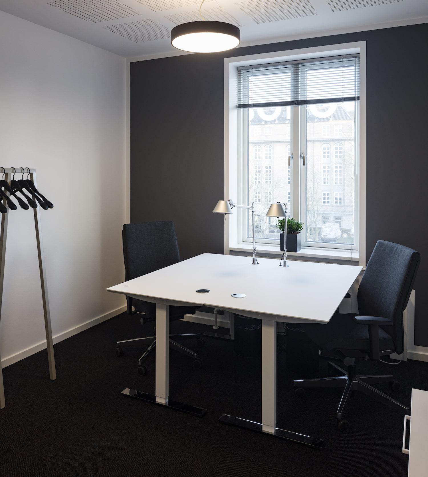 Indflytningsklart og møbleret 2-personers kontor