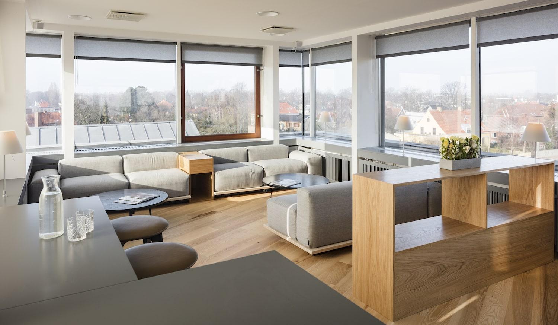 lounge med grå loungemøbler og udsigt over Hellerup