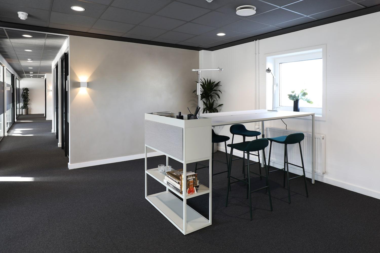 Hvidt højbord med pyntereol