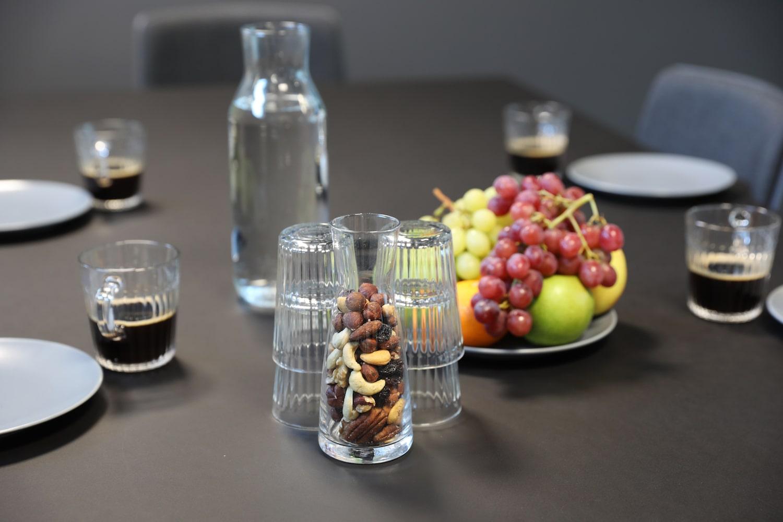 Mødeforplejning på mødebord; frugt, nødder, vand og kaffe