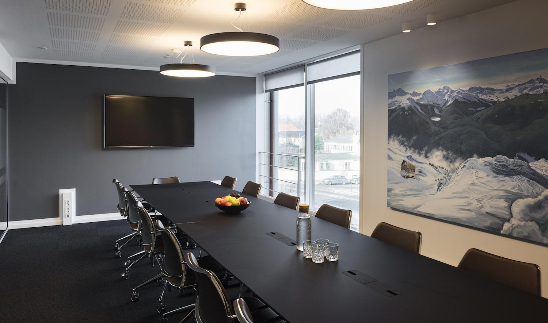 Mødelokale opdækket med let forplejning: vand og frugt